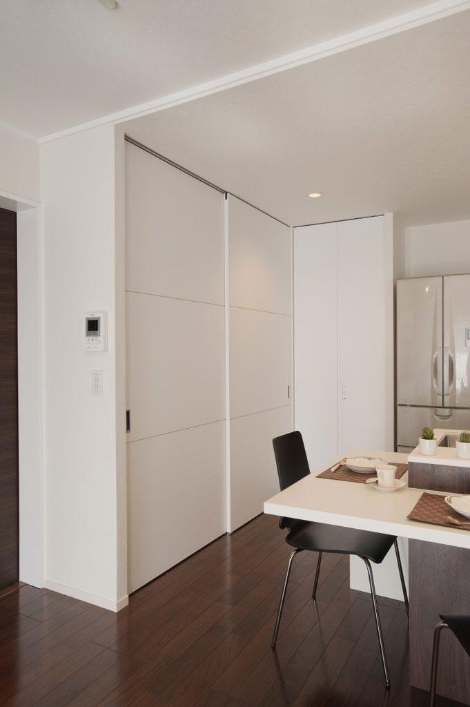【壁面収納】 全体を白で統一。扉をつけることで、普段は見せない空間として他の空間との統一感を保っています。