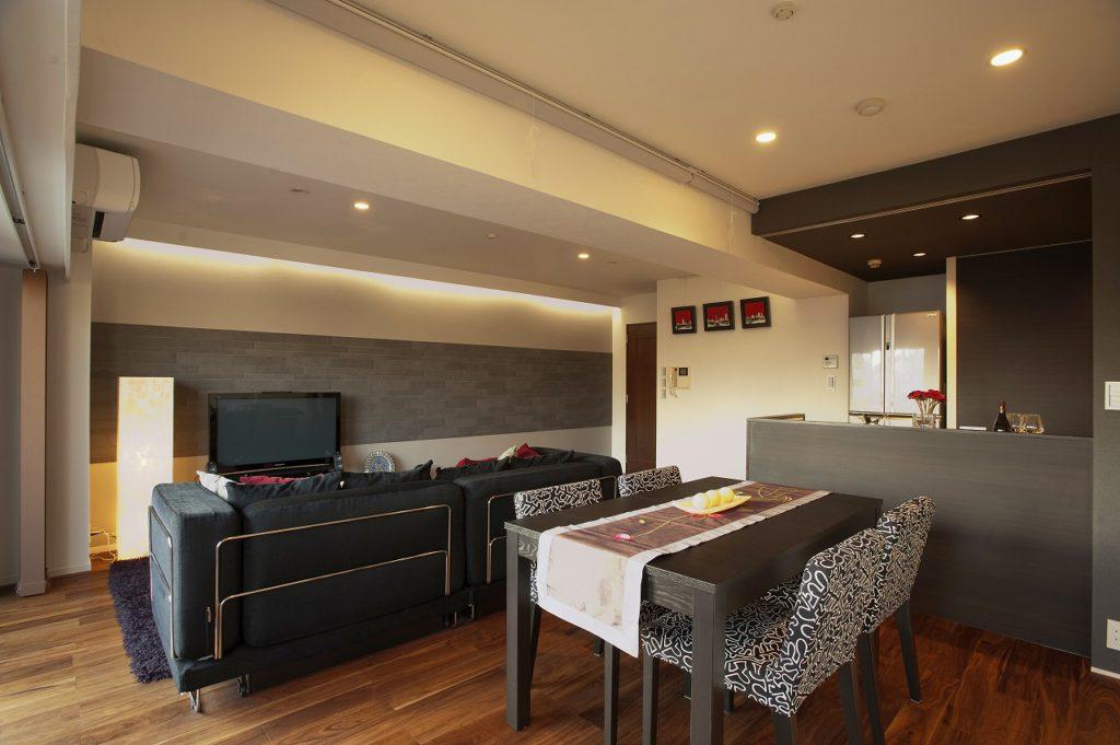 【リビングダイニング】 天井と壁面を照らす間接照明やダウンライトなど照明計画もお客様のシーンに合わせて演出しています。