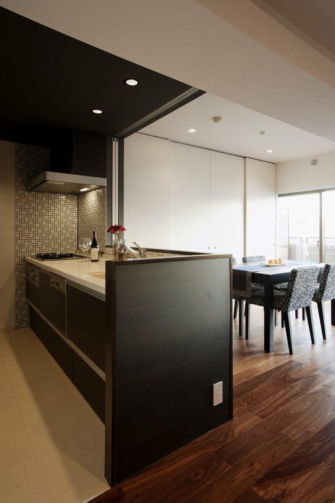 【キッチン・リビング】 キッチンは壁と床のタイルの組み合わせにこだわりました。また、対面キッチンの目隠し部分にもタイルを貼り、腰壁にもコンセントを持ってくるなどデザイン性と機能性のバランスを追求。