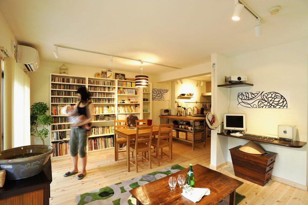 ▲2部屋を一体化したLDKは、パイン無垢の床材と回遊式の間取りが叶える、風通しの良い快適な空間です。