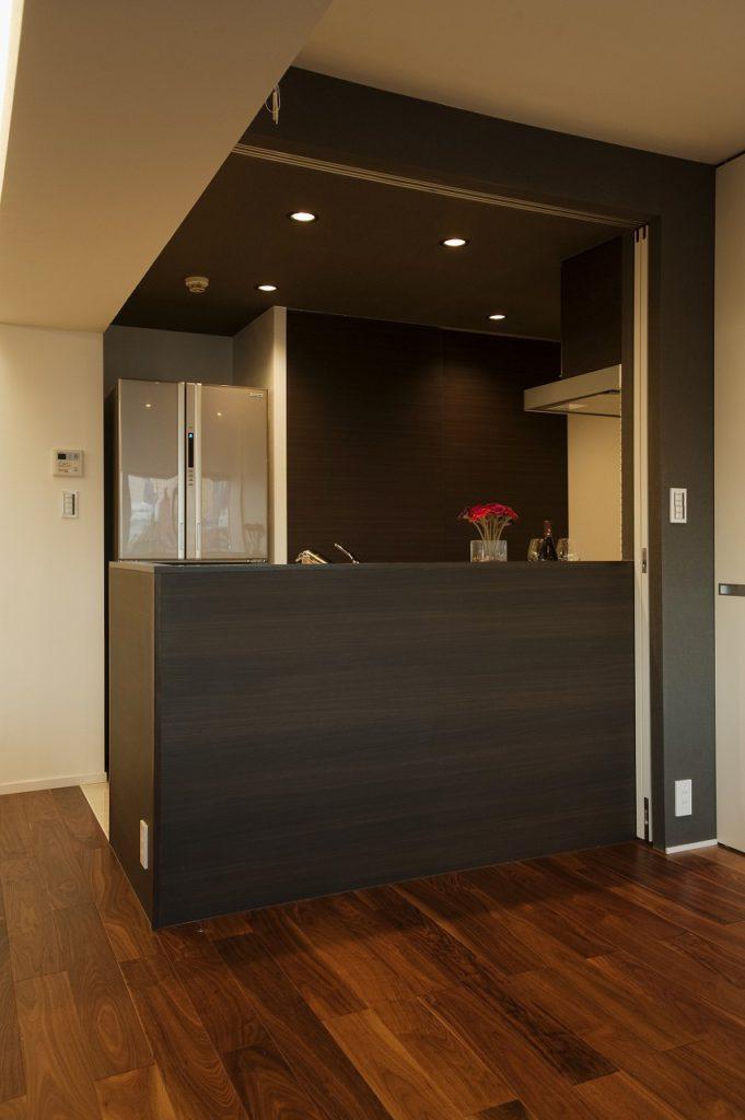 【キッチン】 キッチンの腰壁には化粧をしてリビングとの空間を統一。冷蔵庫わきには大型造作収納になっています。キッチンの下がり天井にはアクセントクロスを貼っています。
