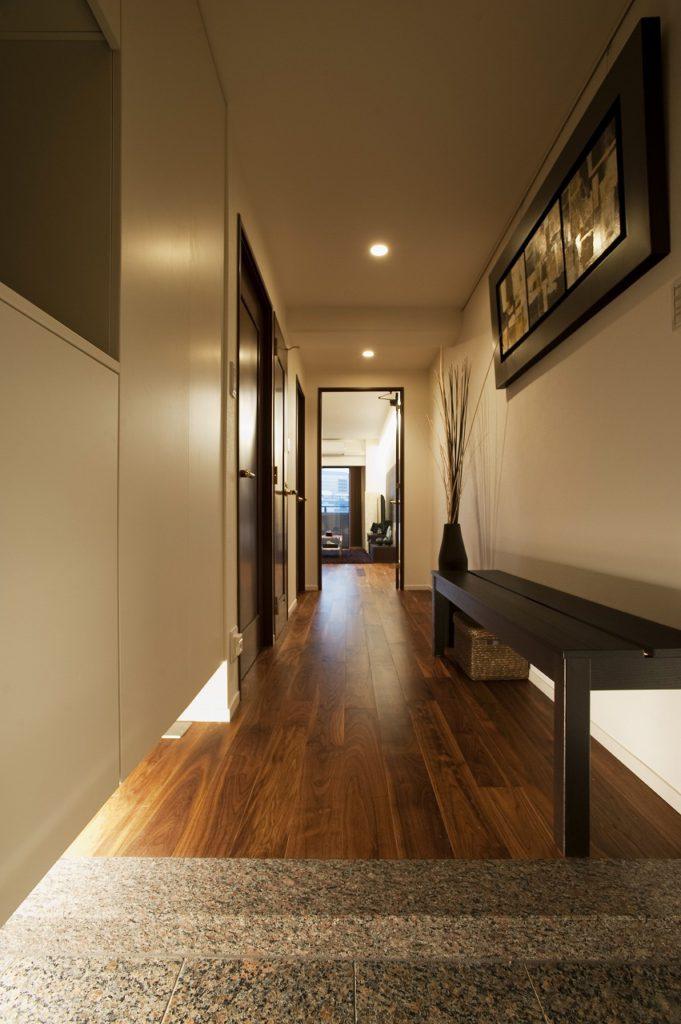 【玄関】 玄関収納下には間接照明を取り付けています。収納の反対側にはミラーをはっています。