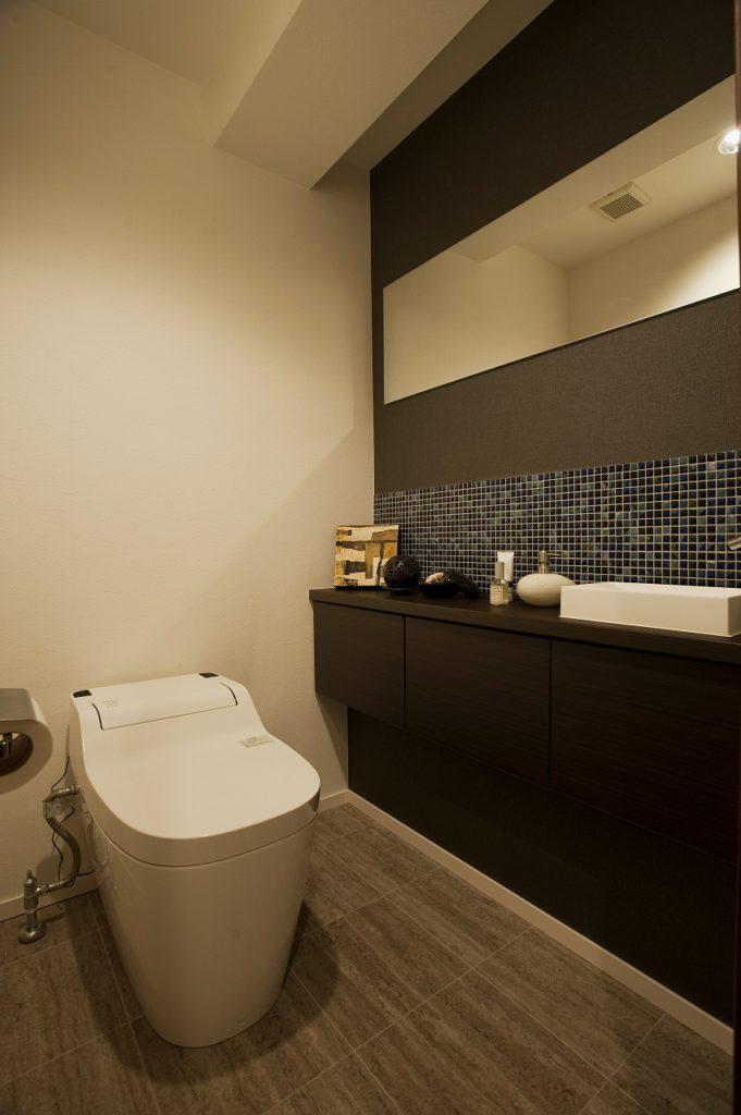 【トイレ】 トイレは、アラウーノS(パナソニック)を採用。手洗いは造作しました。トイレも1つの部屋として生活動線を意識したレイアウトになっています。 デザイン性にもこだわり、来客時もゲストに気持ち良く使ってもらえるような空間です。