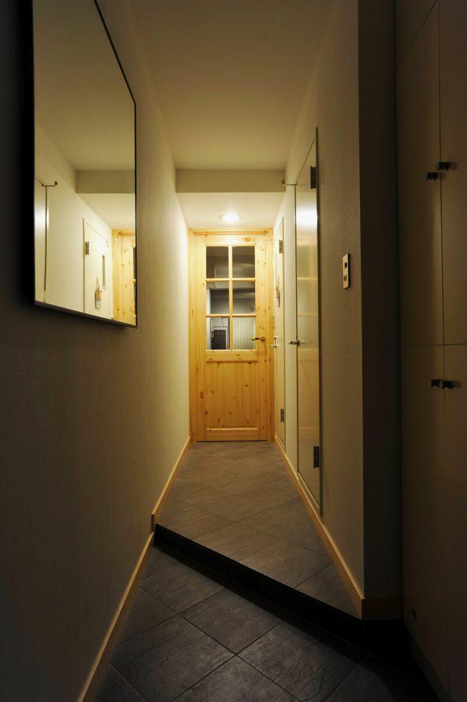▲玄関が狭かったので、上がり框を斜めにし、広さを確保。廊下と玄関は素材を統一し、広く見えるよう工夫しました。