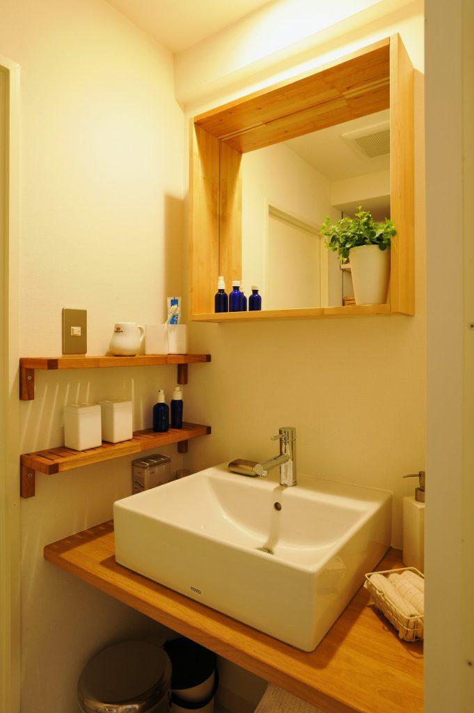 ▲スクエアな洗面ボウルと鏡で統一された洗面台は、弊社のオリジナルです。コスト削減のため、棚はJさんの持ち込み(市販品)に対応しました。