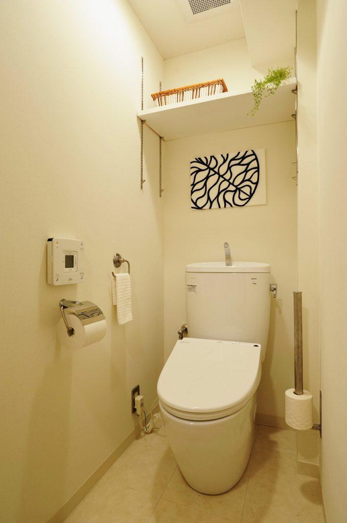 ▲白が基調のトイレは、お掃除のしやすい便器や、節水機能をもとあわせたものを採用。紙巻器や、タオル掛けのアクセサリーもこだわっています。