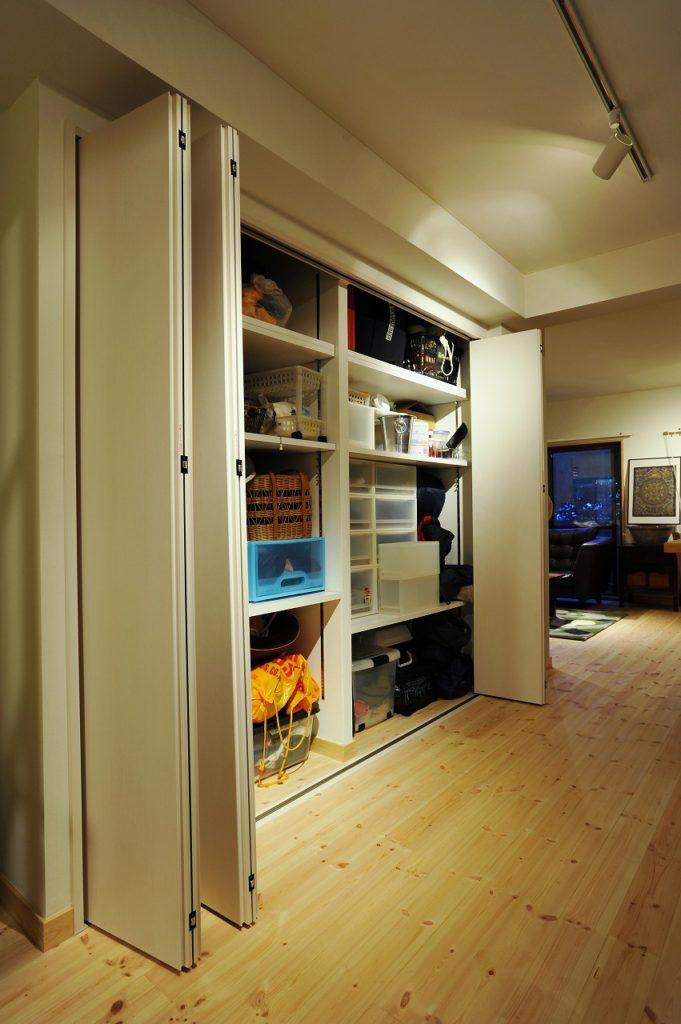 ▲多趣味なお客様の為に、リビングに本やCDを納めるための、ほぼ壁一面を使った棚を設置しました。住まいの中心部にある大容量の収納は、家のどこからでもアクセスがよく、物の出し入れもスムーズです。
