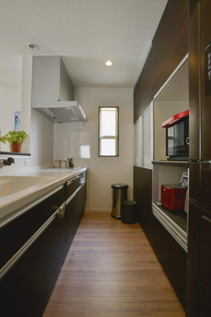【キッチン】 冷蔵庫も既存利用。 キッチン扉やカップボードとの 統一感もバッチリです。