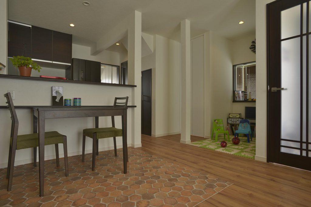 【LDK】 1階にも子供の遊びスペースを設置。 どこでも笑い声が絶えないように設計。