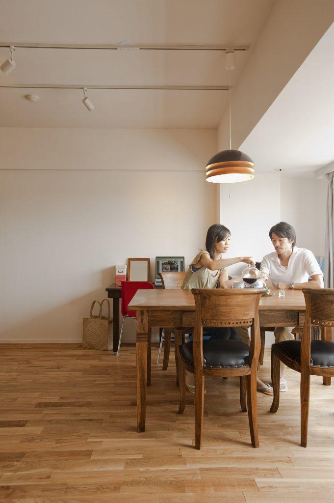▲無垢材の床と家具に調和する照明の配色で、落ち着いた空間がひろがっています。