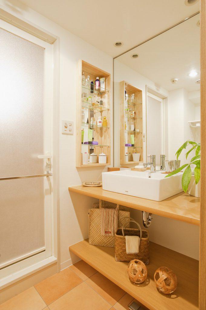 ▲既成の洗面ボウルとカウンターを組み合わせ、コストを抑えながらも雰囲気のある空間に。