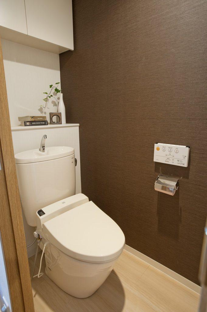 ▲白を基調にしながら、壁の1部をブラウンにする事 で落ち着いた空間になりました