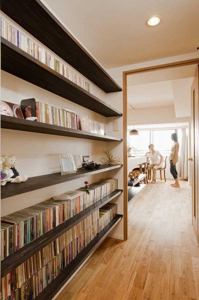 ▲廊下にはCDや小物類を収納する棚を設けるために 壁を移動しました。この造作収納があることでリビング からの連続性が生まれました。