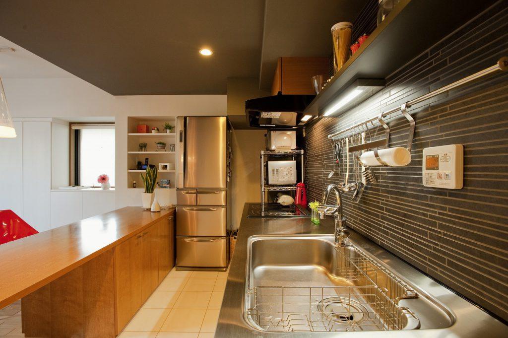 ▲コストと機能性のバランスを考えたオリジナルキッチンは、モダンな雰囲気でありながら温かみのある質感も備えています。
