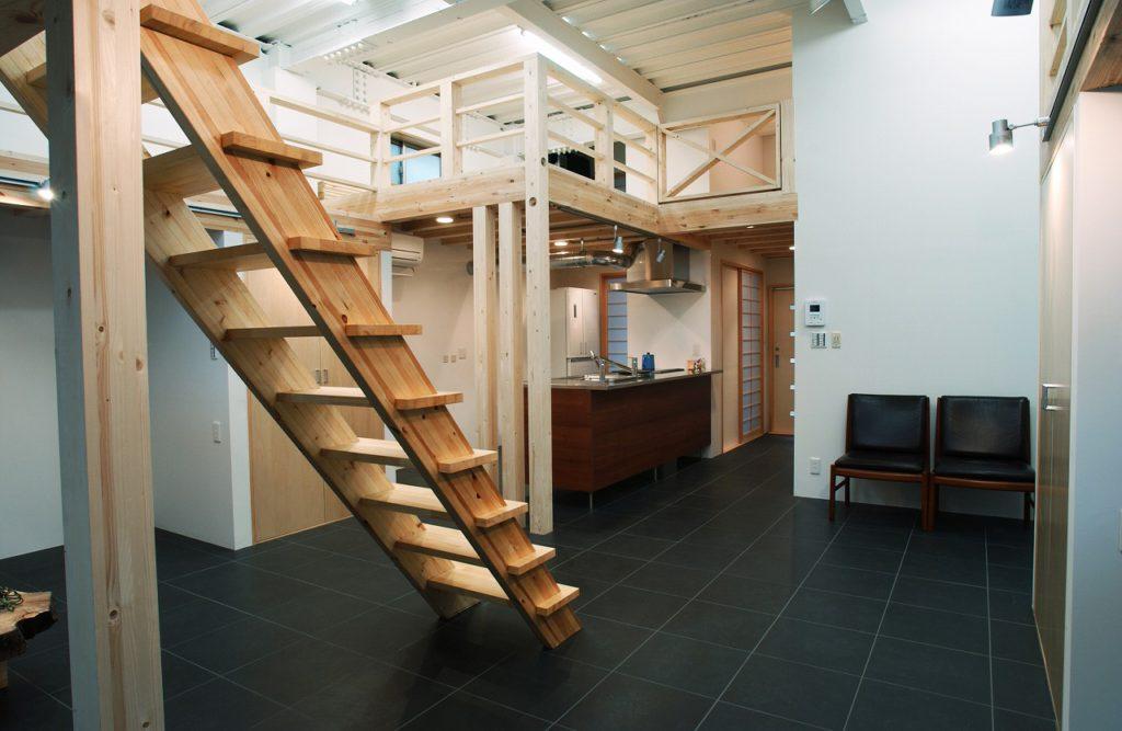【間取り変更】 福島の山小屋を再現するために、もともとご主人の仕事場だった天井高3.5mのフォトスタジオの大空間を生かしロフトを配して2層構造としました。