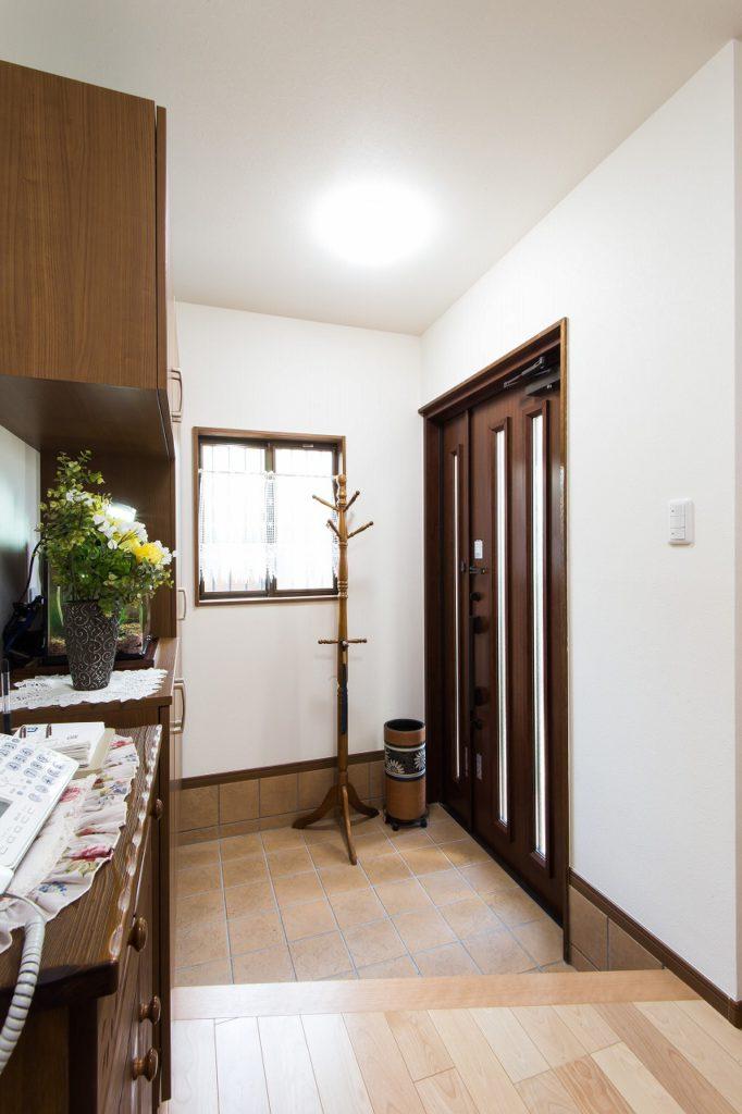 【玄関・廊下】 狭さを感じていた玄関も広く取りました。 玄関ドアも交換して、新築同様の仕上がりです。