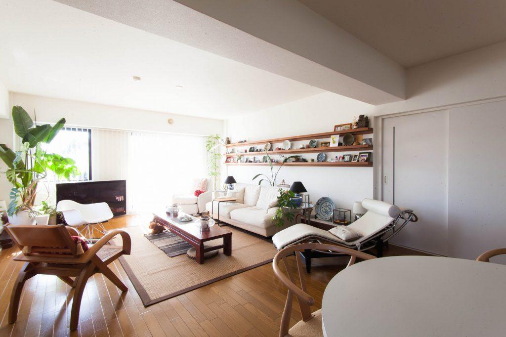 【LDK】 キッチン・DK・洋室の壁を取り払い、 広々とさせたLDK。 風や光の通る空間となりました。