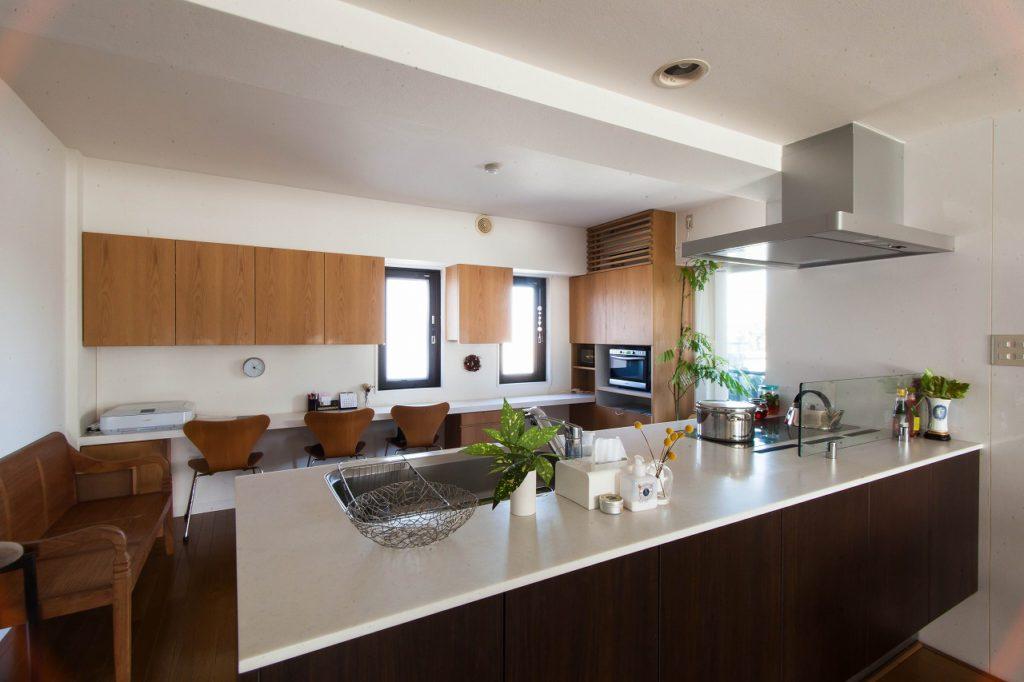 【キッチン】 冷蔵庫や空調設備・ゴミ箱などが 目に入らないこだわりの設計。