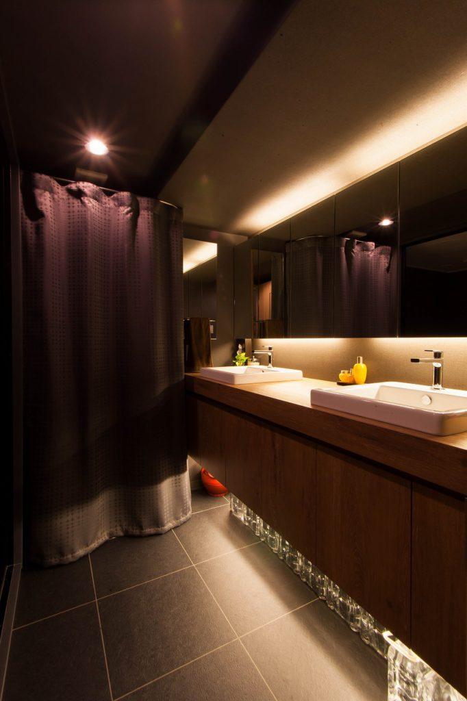 【洗面室】 お施主様こだわりの洗面室。 水栓からカウンターの高さまで 入念に打合せをしました。