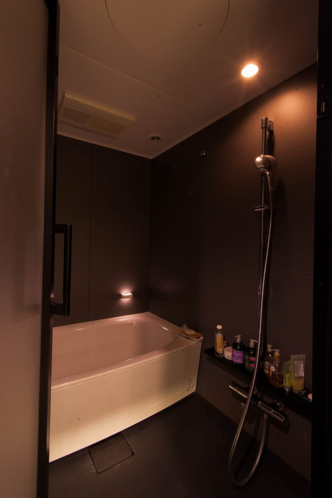【ユニットバス】 洗面室を含め、ラグジュアリーな空間に。 アロマも使えるほたるライトが気持ちよいです。