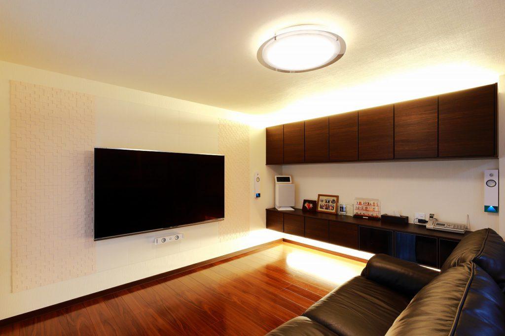 【リビング】 設置予定だった大きなテレビに合わせて 背面は調湿タイルのエコカラットを。 間接照明にもこだわりました。