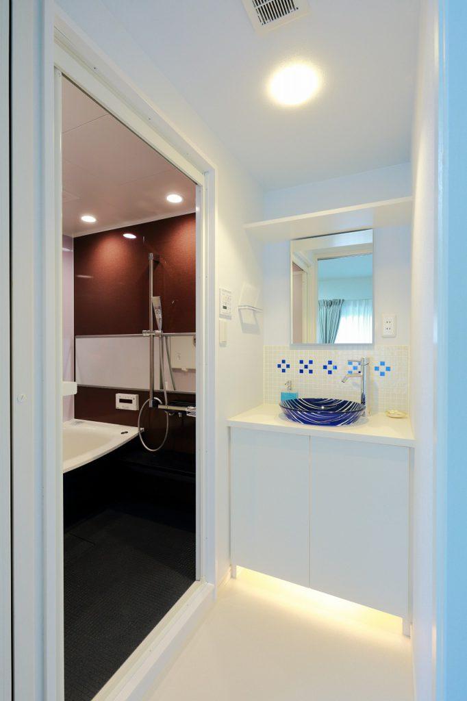 【洗面室】 ボウルやタイルにこだわった造作洗面台と 間取り変更で広くなったユニットバス