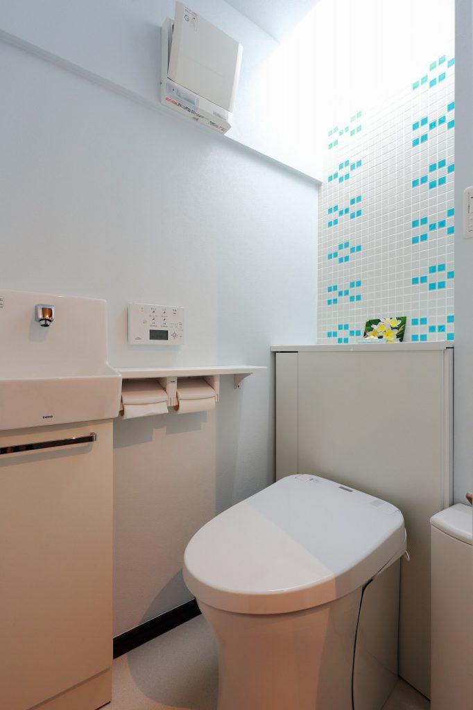 【トイレ】 ご夫婦が大好きな沖縄民族模様をタイルで表現。