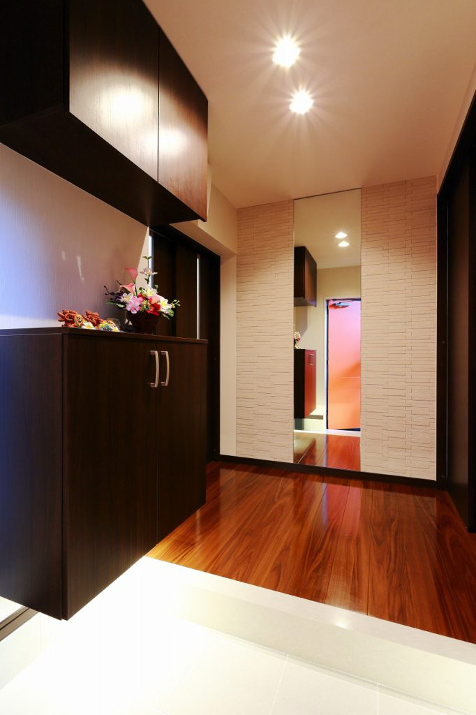 【玄関】 エコカラットと造作鏡で高級感のある玄関に。