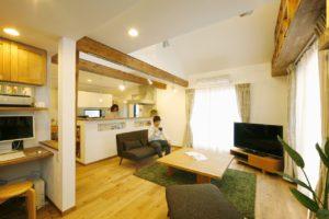 【2世帯住宅】 実家の2階を完全分離型に。置き家具がなく家族4人が広々と住める家。