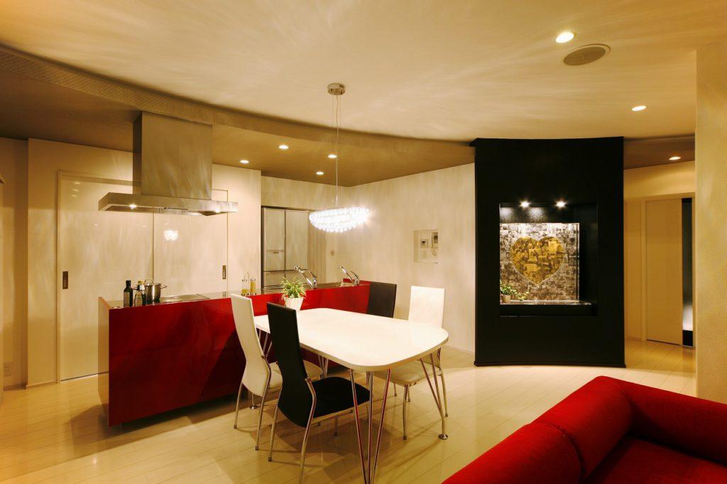 アール壁とコントラスト鮮やかな配色で自分たちだけの住まいのこだわりを実現