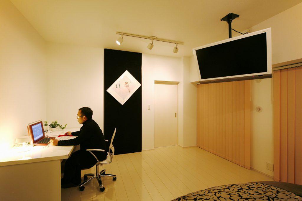 寝室の一画は書斎に。壁の写真が引き立つよう、クロのベルベット風のクロスを貼りました(プランナー)