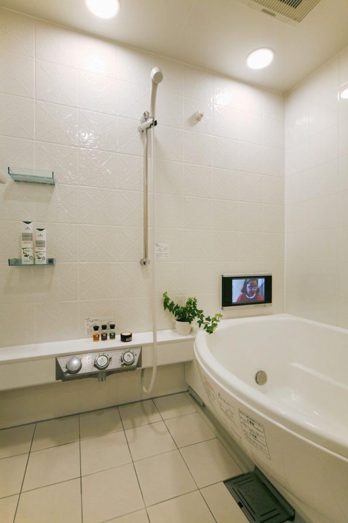 ▲意匠性を重視し、タイル張りのユニットバスとした浴室。テレビも設置し自慢の浴室です。