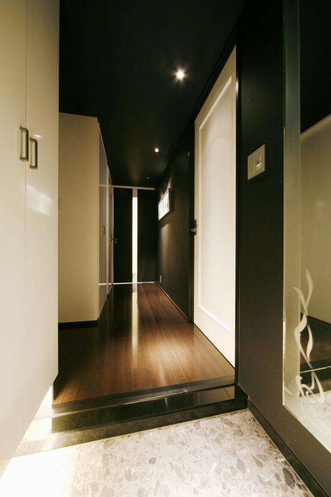 ▲白と黒のコントラストもT様邸の特徴。LDKの白を際立たせる為、廊下は黒が基調になっています。
