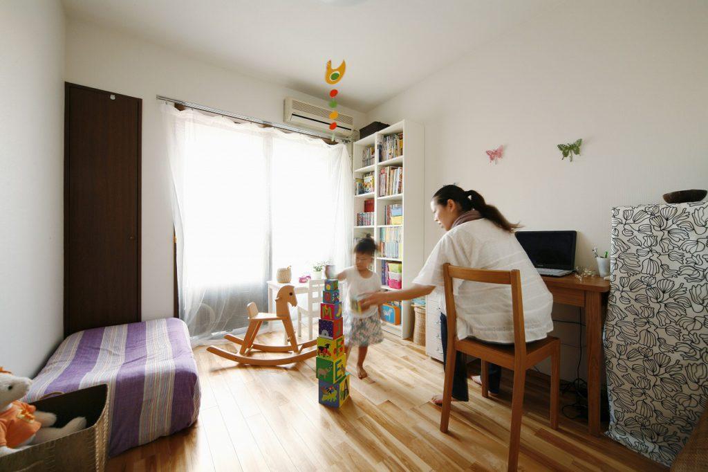子供部屋の床材はカバザクラの無垢材を採用しました。お子様のために自然素材にこだわりました。