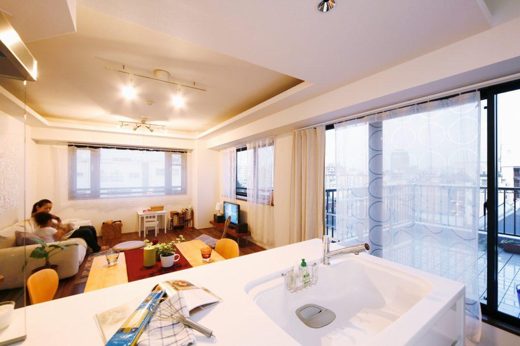 袖壁をとった対面キッチンは視野が開けており、LDとバルコニーが一望できます。
