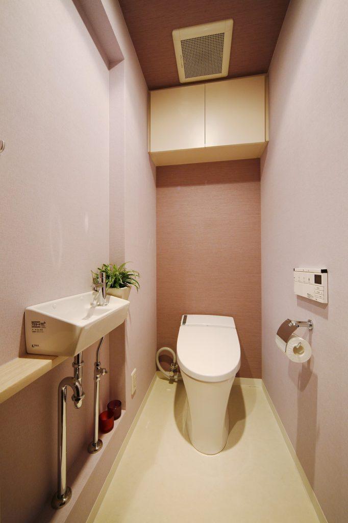 トイレはタンクレスを採用しました。壁内の空きスペースを活用し、埋め込みの手洗いを設置しています。