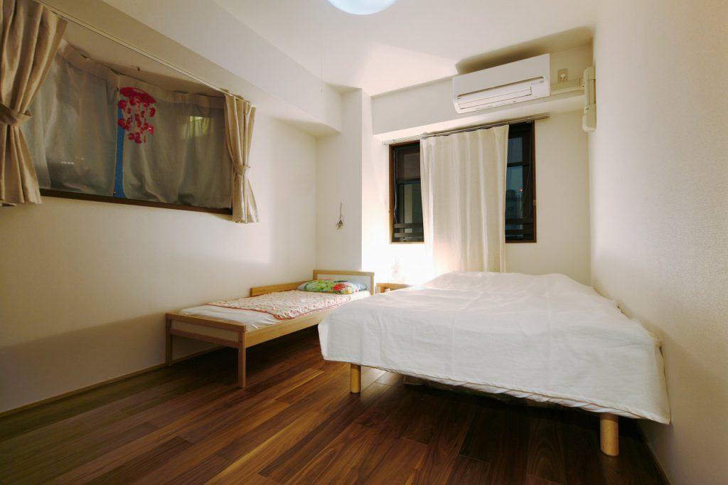 主寝室も同様の無垢材のフローリングで落ち着いた空間へ。 いま娘さんと共にお休みになられています。