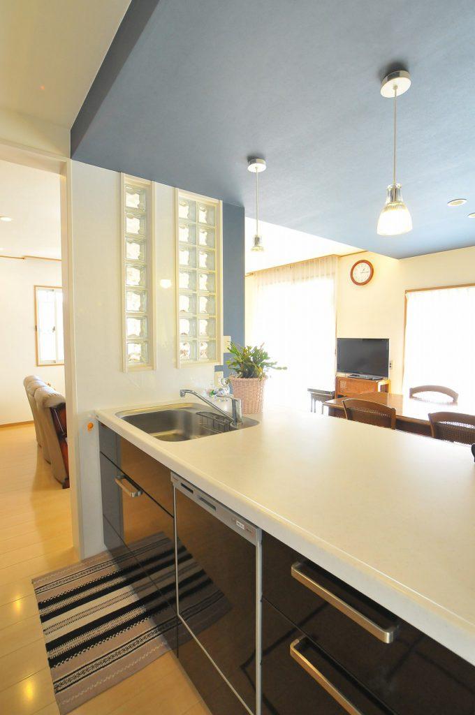 【キッチン】 対面オープンキッチンでふれあいのもてる開放的なLDKとなりました。キッチン横壁に採用したガラスブロックが素敵なアクセントになっています。