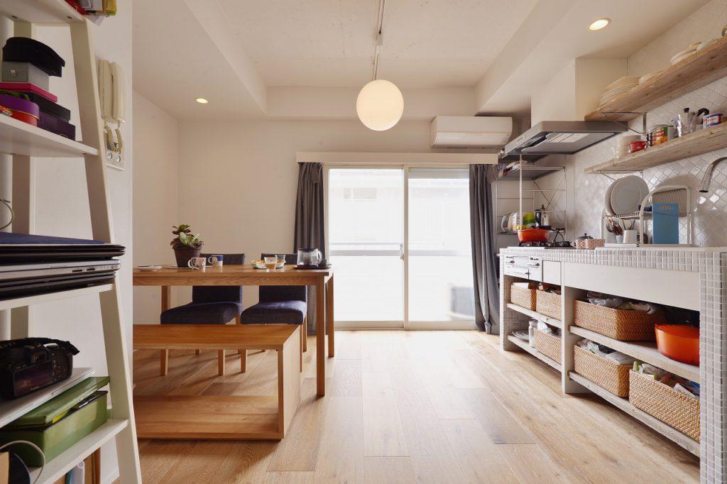 【ダイニングキッチン】天井を落として織り上げ天井に 段差をつける事で立体感とスクエア感を強調 そうする事で照明とタイルのデザインが目を引きます