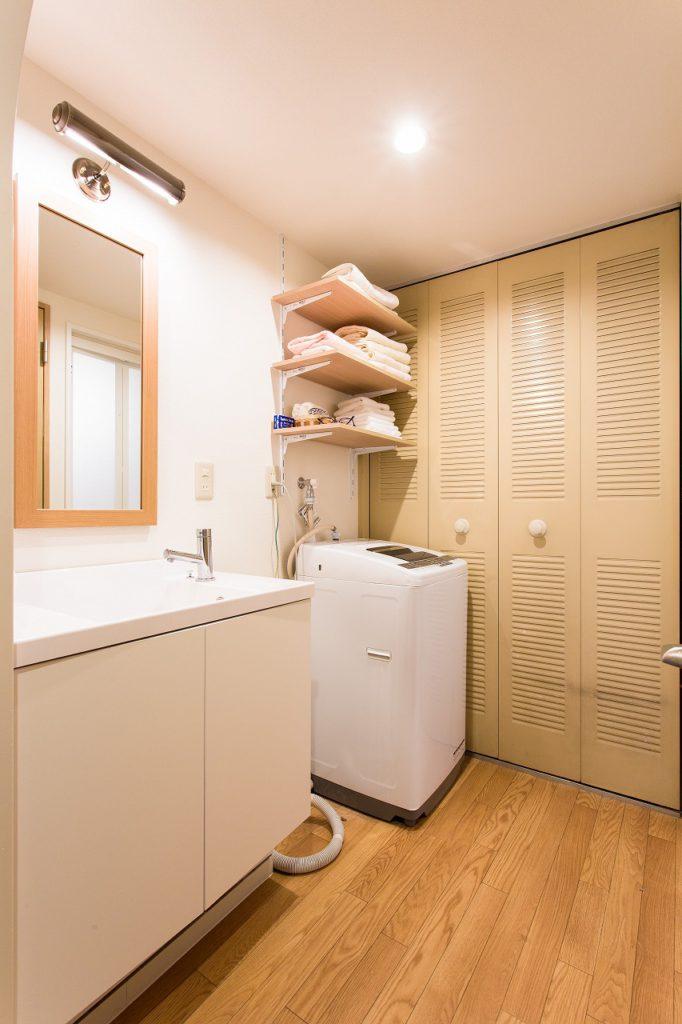 【洗面室(After)】 洗面台は既製品の組み合わせ。照明、鏡、キャビネットはそれぞれ別メーカーで。