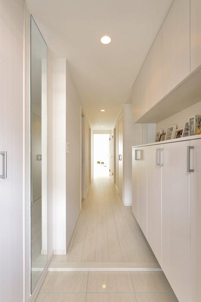 【玄関】 玄関も明るく広く。奥様のかわいい作品たちがとても映えます