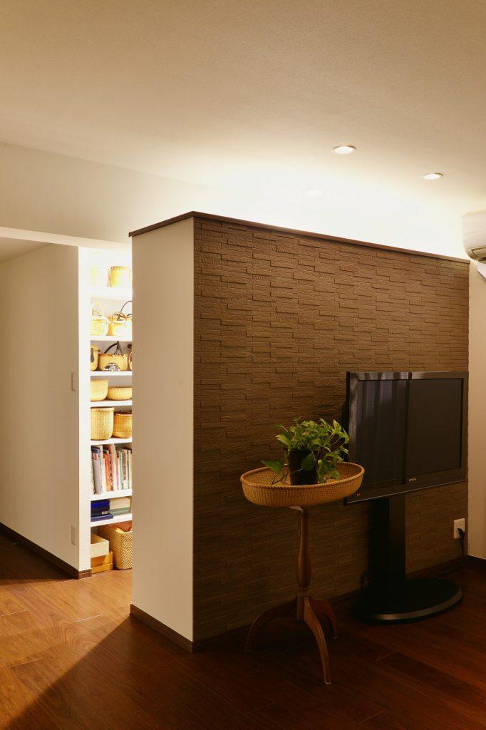 【完成写真】 TV背面のエコカラットは書斎になる空間とのちょうど良い間仕切りに