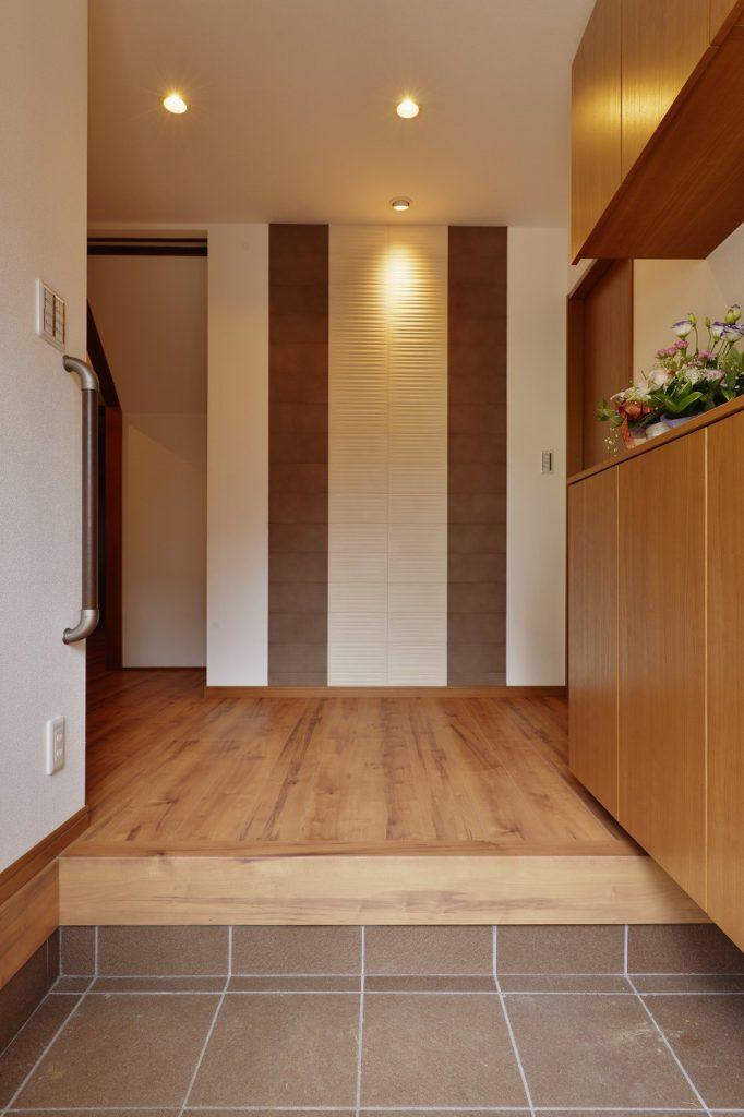 【玄関・廊下】 1階リフォーム箇所は和風と調和するよう、和モダンをテーマにしております。上品な落ち着いた空間に仕上がりました。