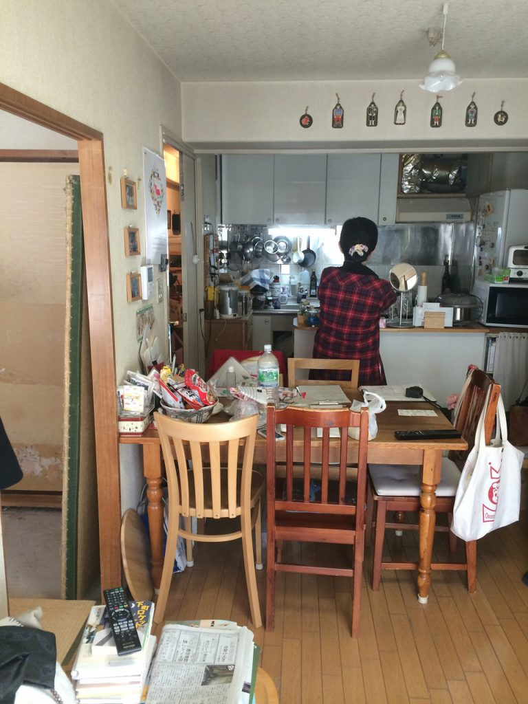 【キッチン(Before)】 以前は狭く奥まったキッチンでした