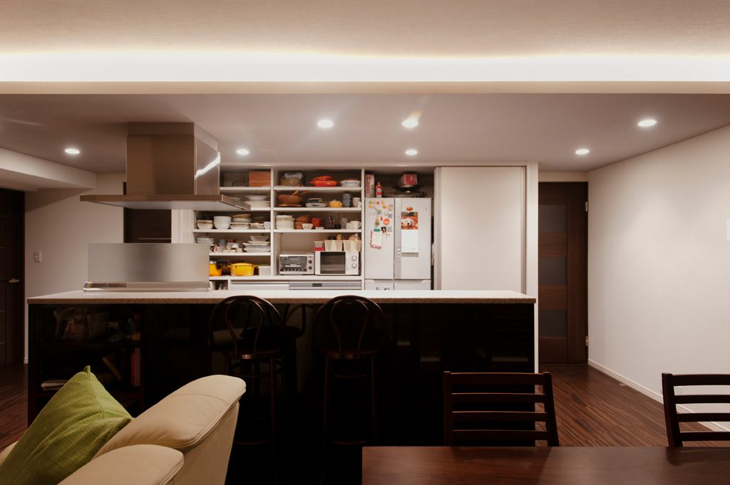 【キッチン】 システムキッチンと造作家具を同じ面材にしました。