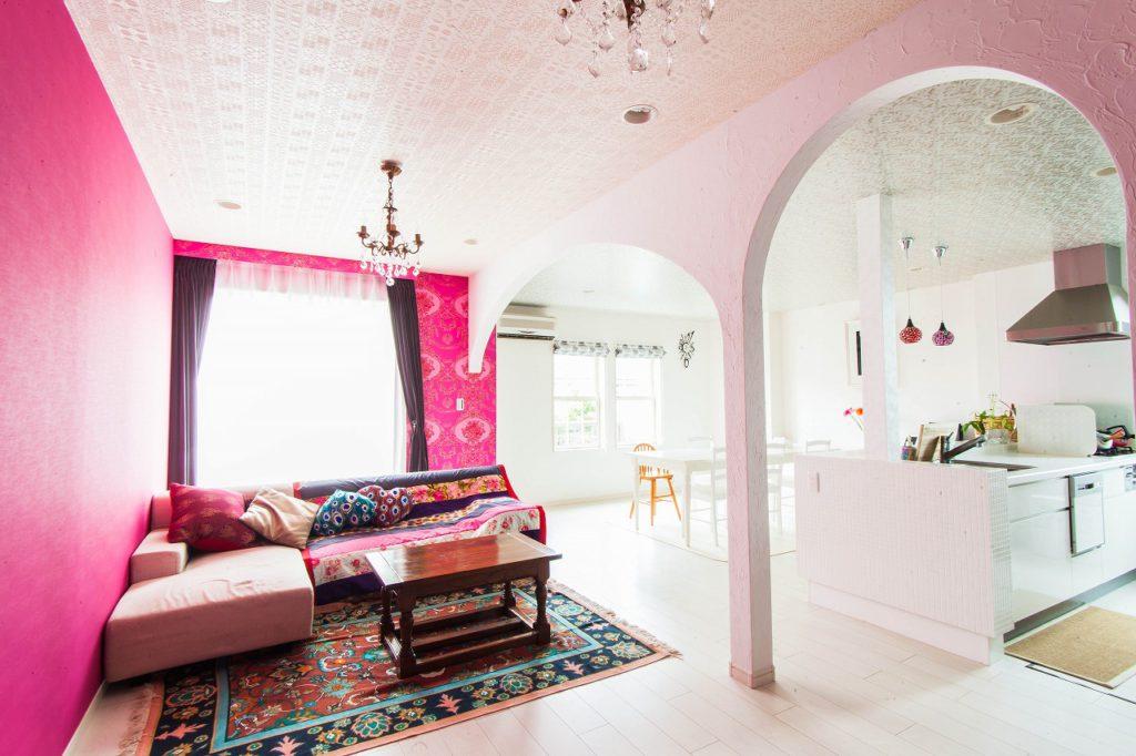 双子のアーチが特徴的な二世帯住宅