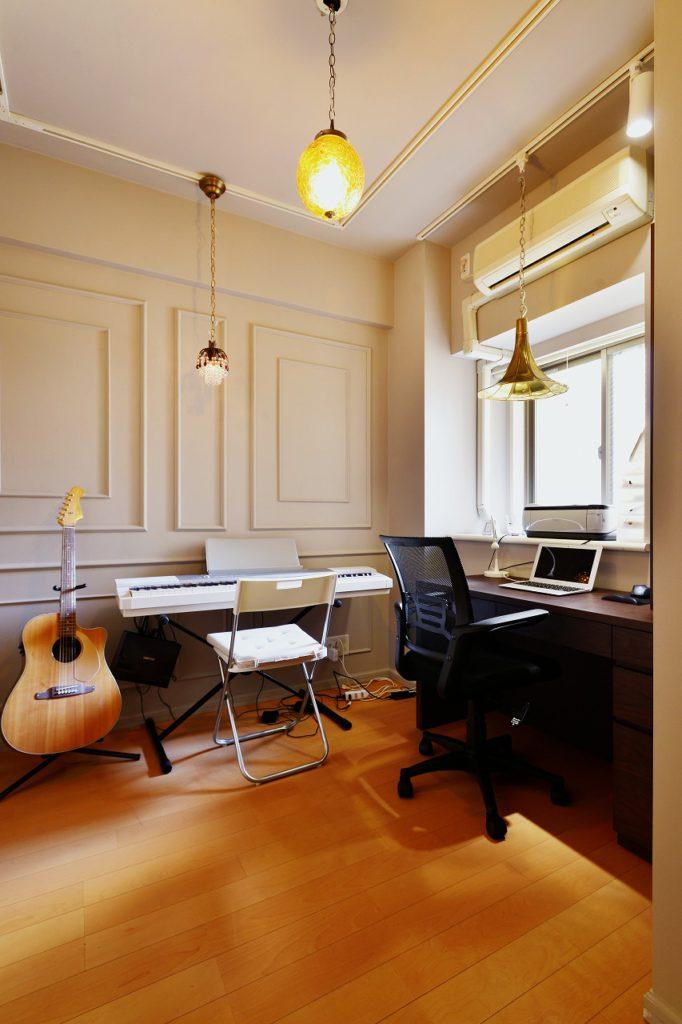 【書斎】 壁にモールを取り付け、ケリーモアの薄いグレーで全体を塗装しました。デスク上のペンダントの笠は蓄音機のホーンです。