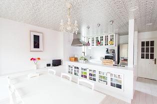 【子世帯キッチン】 造作タイルキッチンカウンターの収納扉の 格子とカップボードの格子をお揃いにして デザインの統一感を出しています。