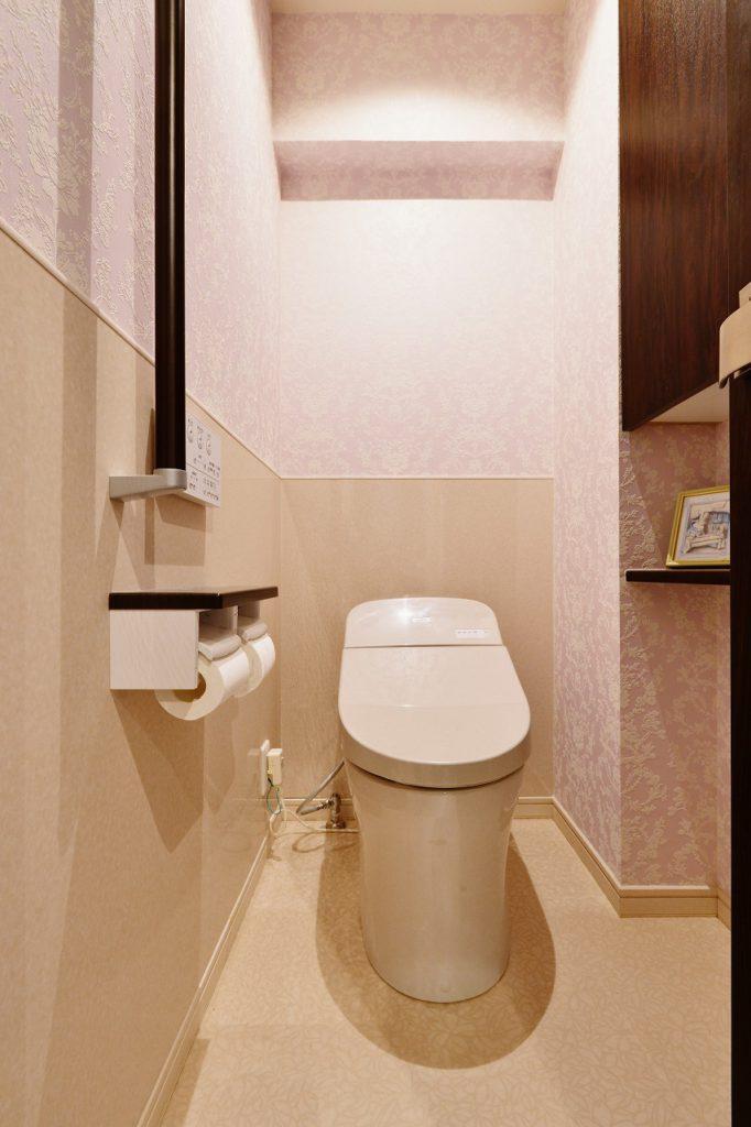【トイレ】明るくまとめたトイレと洗面は収納力と清掃性にもこだわりました。
