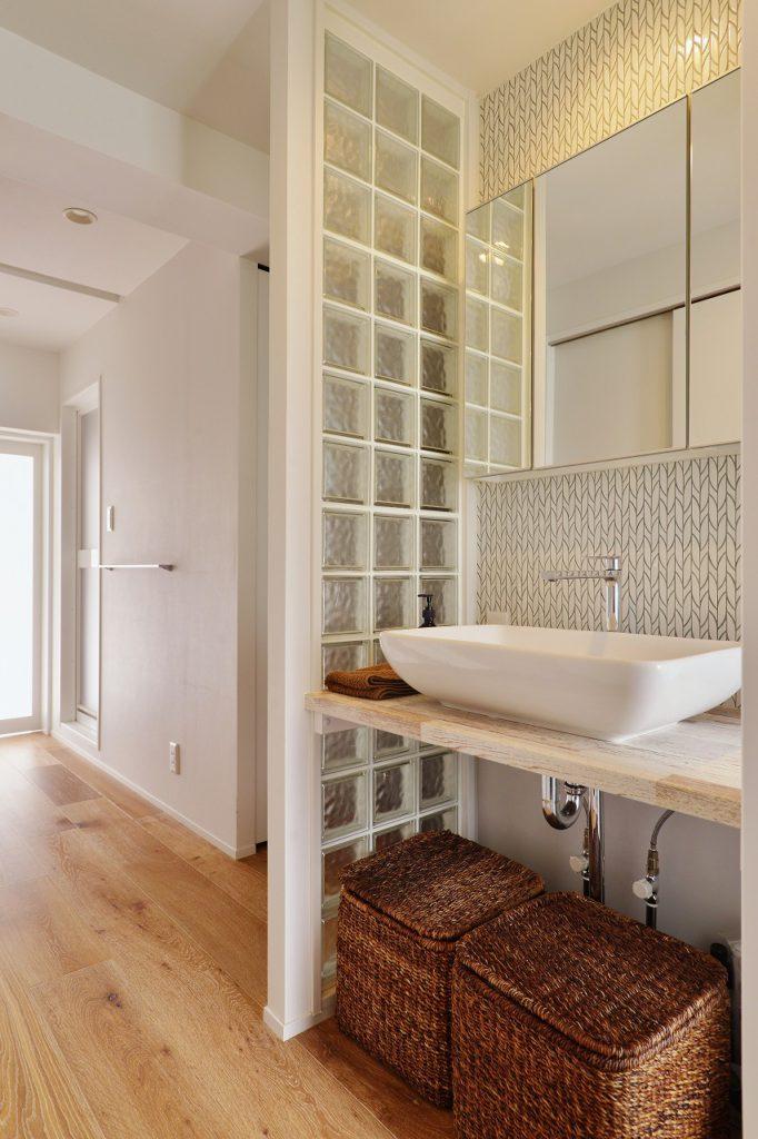 【洗面】 洗面台 エントラスホール兼 廊下兼 洗面スペース兼 脱衣スペース 限られた空間を広く使うため、スペースを融合 家族にとって重要な空間を決めて、それをいかに確保できるか エントリエとお客様が至福のひとときを共有できているからそこの プランニング